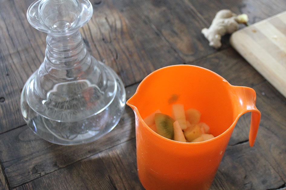 Wasser in den Mixbecher